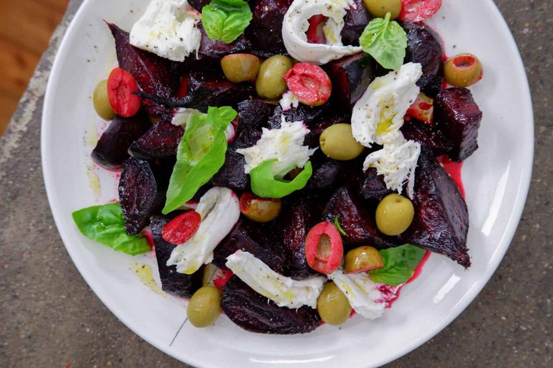 Insalata di barbabietole arrosto, mozzarella e olive