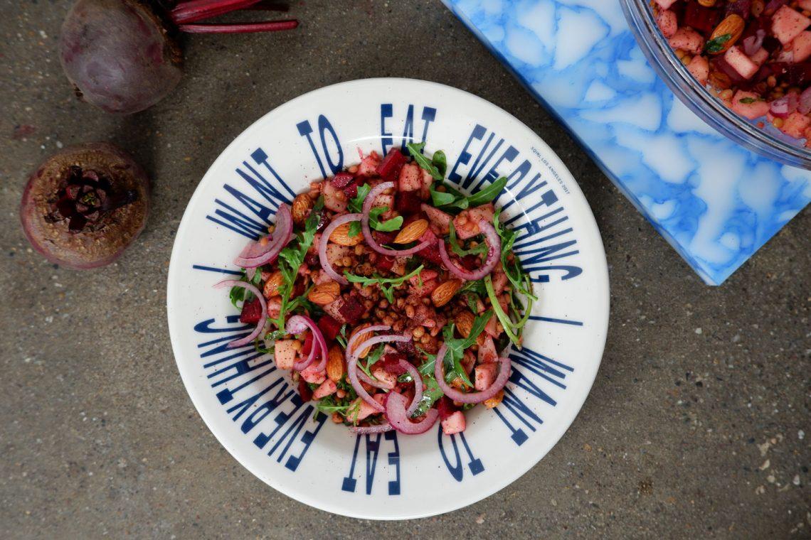Insalata di lenticchie, rapa rossa e mandorle