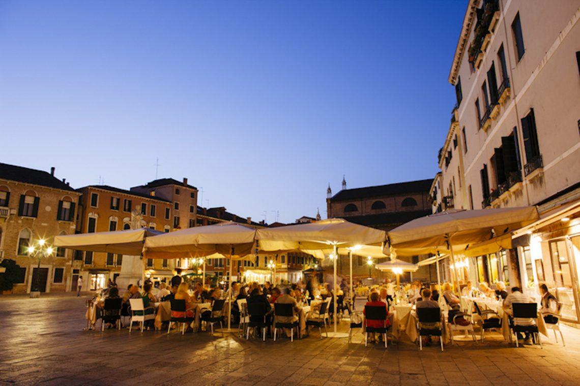Riaperture dei ristoranti: dal 26 aprile via libera alle cene all'aperto